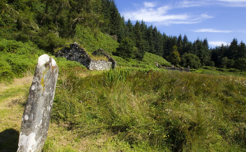 Standing stone and ruined cottage at Knapdale